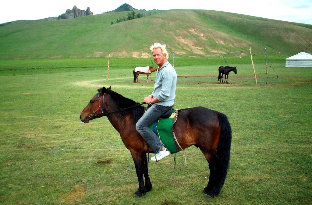 Peter på en liten mongolisk häst