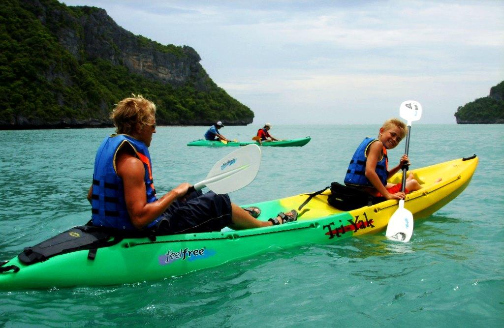 Robin och Billie paddlar kajak på Koh Samui