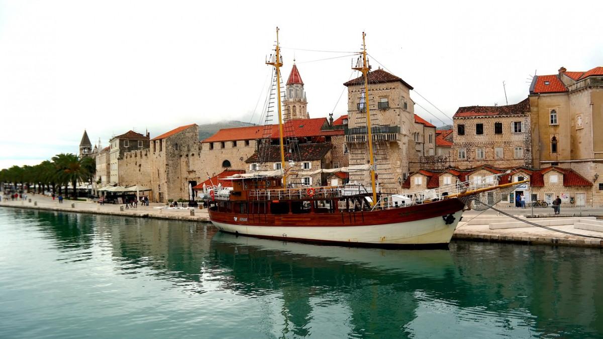 Den charmiga staden Trogir i Kroatien