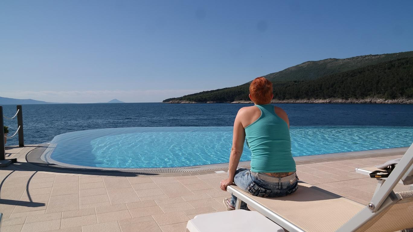 Helena vid poolen på Marina camping