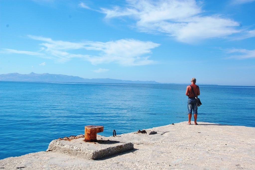 Peter tittar ut över havet vid Bunec beach i Albanien