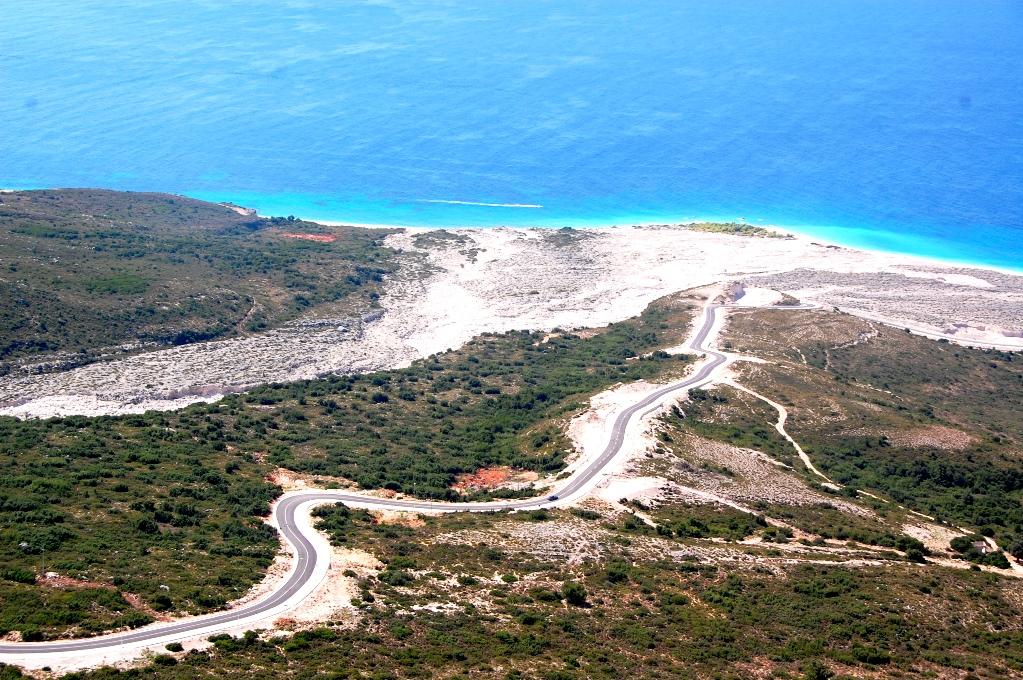 En ny väg leder fram till stranden - kanske dyker det upp hus och hotell där någon gång i framtiden?