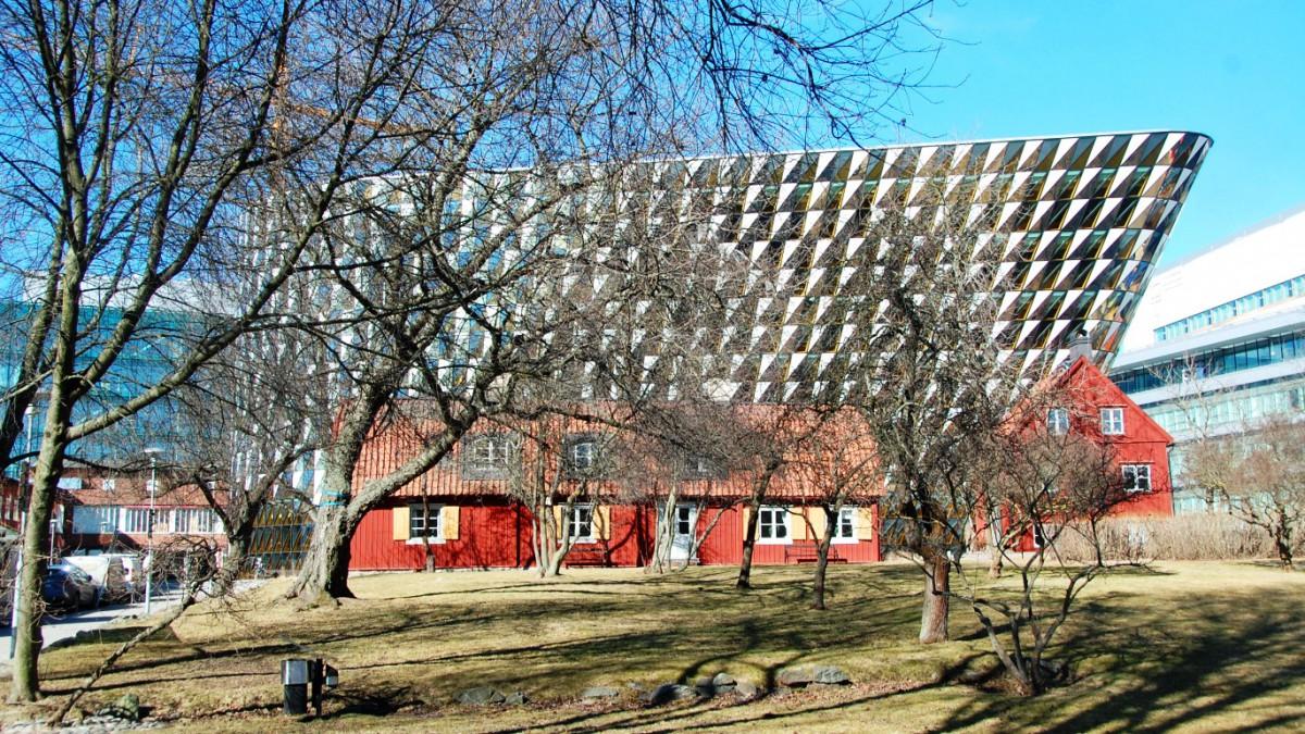 Karolinska Institutet i Stockholm, där jag (Helena) jobbar just nu. I bakgrunden: Aulan och i förgrunden: Tiondeladan.
