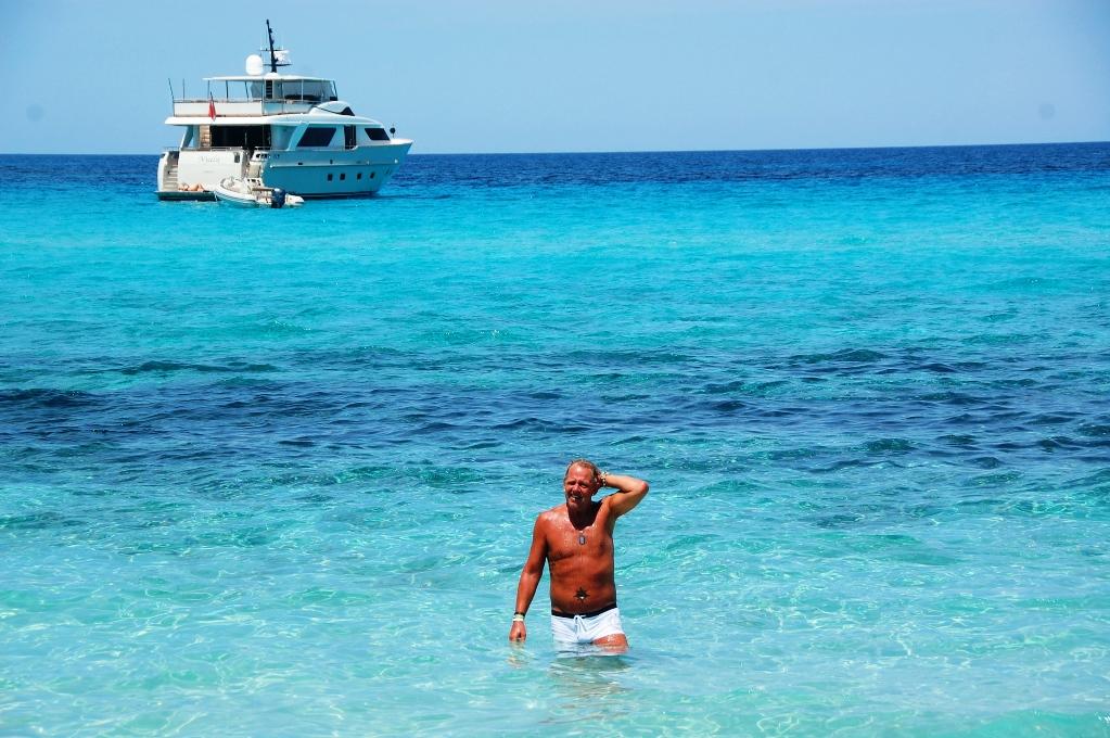 Peter badar vid Korsikas vackraste strand