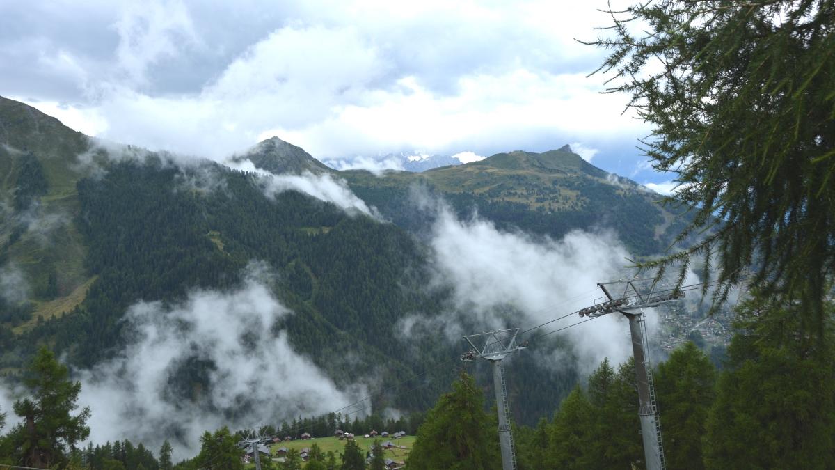 Schweiziska alper och moln