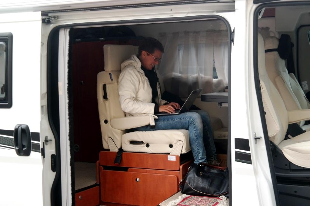 Vad gör man inte för bloggen? Lånar el och WiFi i Leifs husbil...