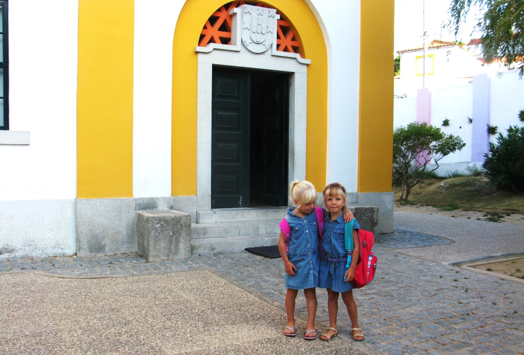Jonna och Frida den första skoldagen i Portugal