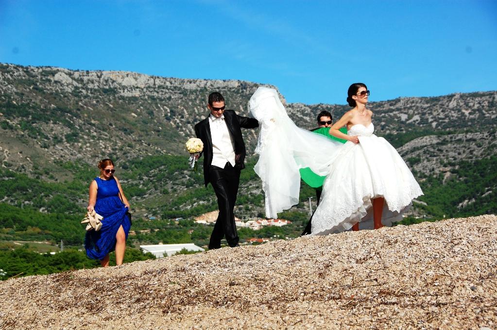 Helt plötsligt kom ett bröllopsfölje för att fotografera längs ut på Zlatni Rat