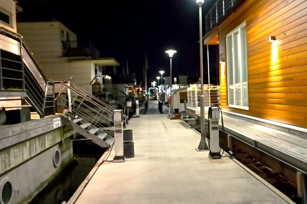 Morgon och kväll går vi över bryggorna, mellan husbåtarna i Pampas Marina..