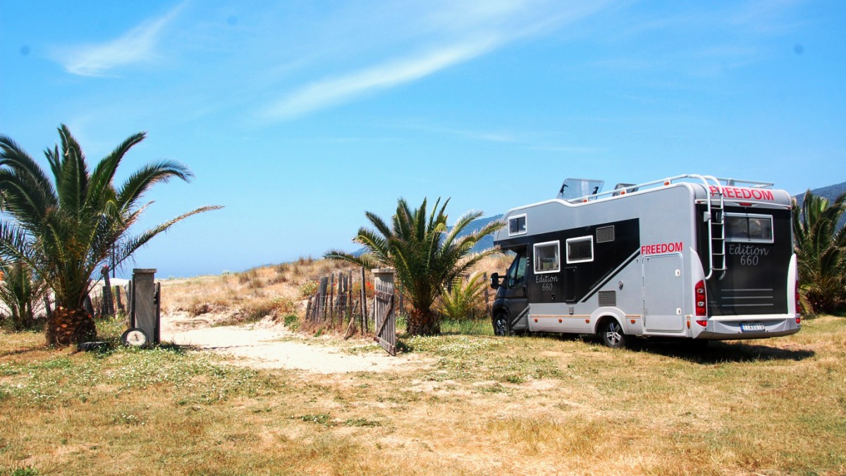 Camping precis vid stranden på Korsika