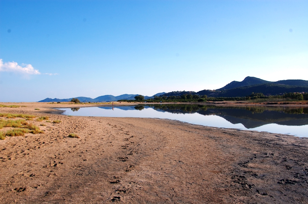 I omgivningarna ryms både natur med flamingos och en populär badstrand
