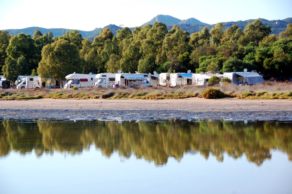 På camping Le Dune står husbilarna nära vattnet