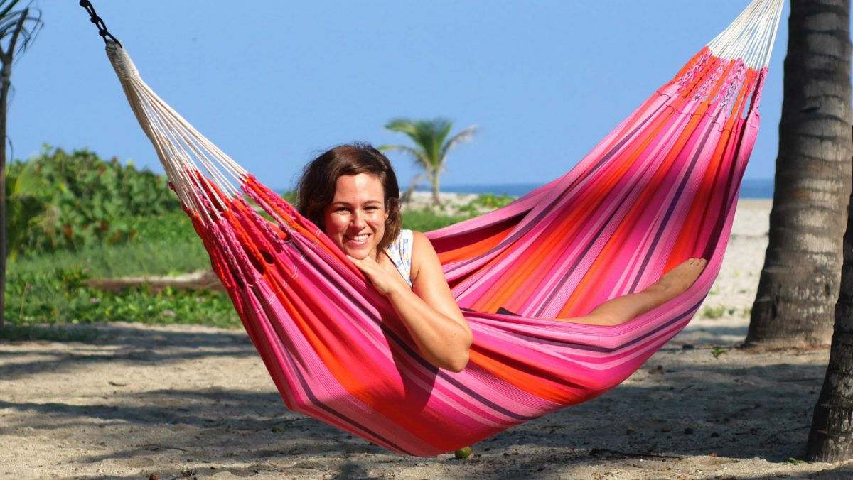 Caroline King i hängmattan i Colombia