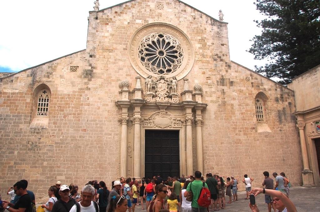 Cattedrale di Otranto - besökarna väntar på att portarna ska öppnas 15:00