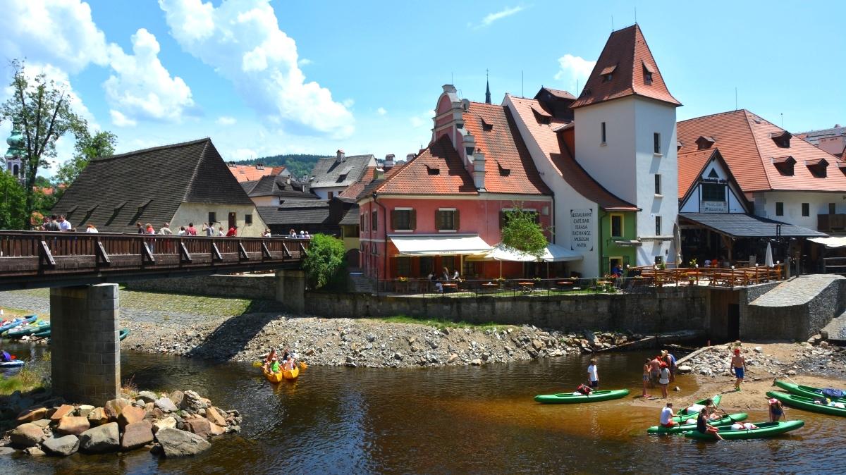 Gummibåtar och kanoter på floden Vltava