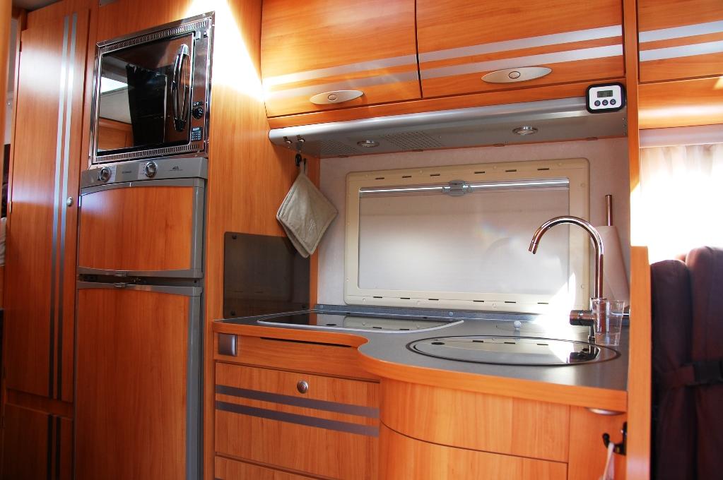 Köket i husbilen, med nya krokar och hyllor