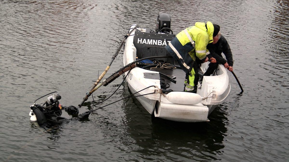 Oväntad dramatik! Dykare utanför vår husbåt ...