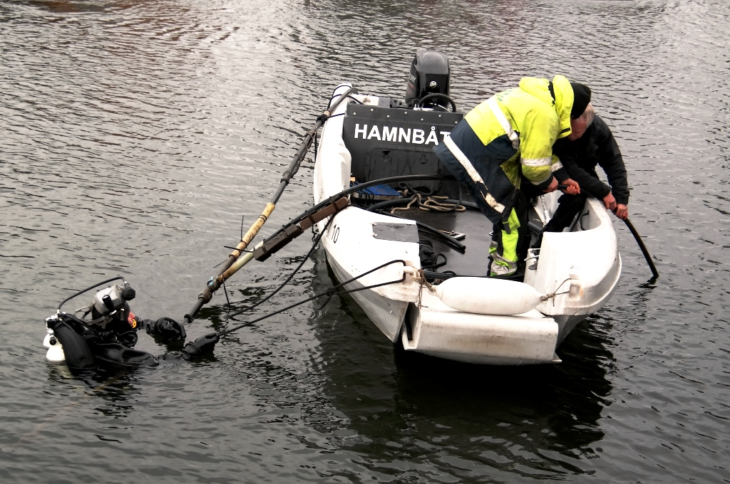 Dykare utanför vår husbåt...