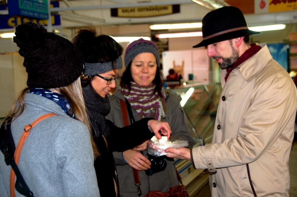 Våra bloggkollegor Elisabeth, Michelle och Ingeborg smakar på färskost när guiden bjuder