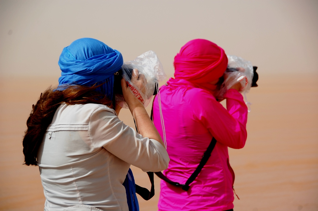 Dessutom kan man behöva skydda kameran från den yrande sanden...