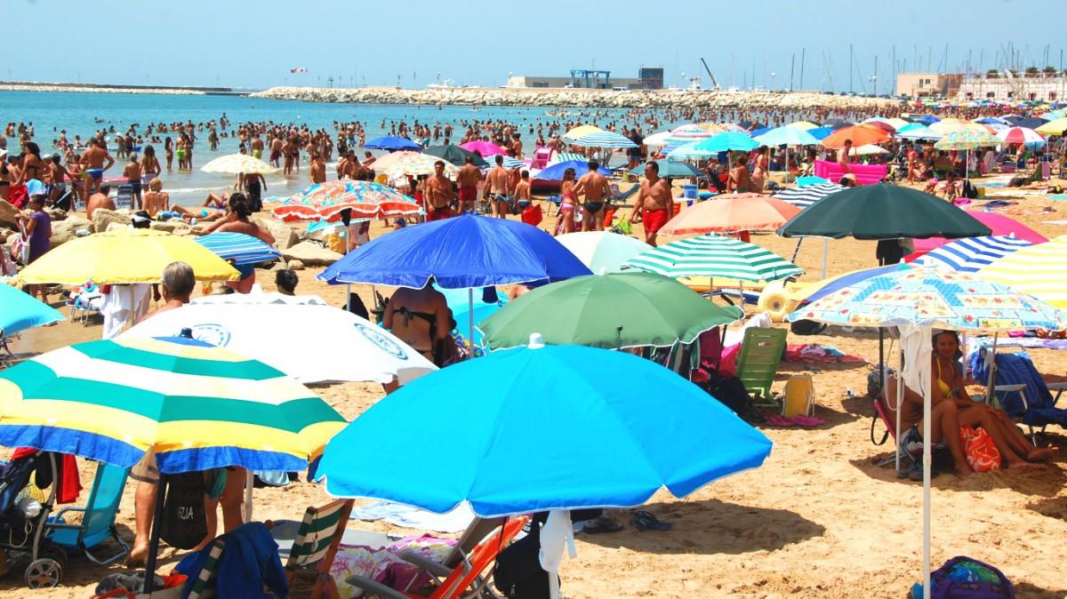Var det inte lika trångt på stranden på bilden i turistbroschyren?