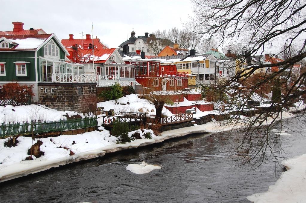 Charmiga hus längs Gävleån