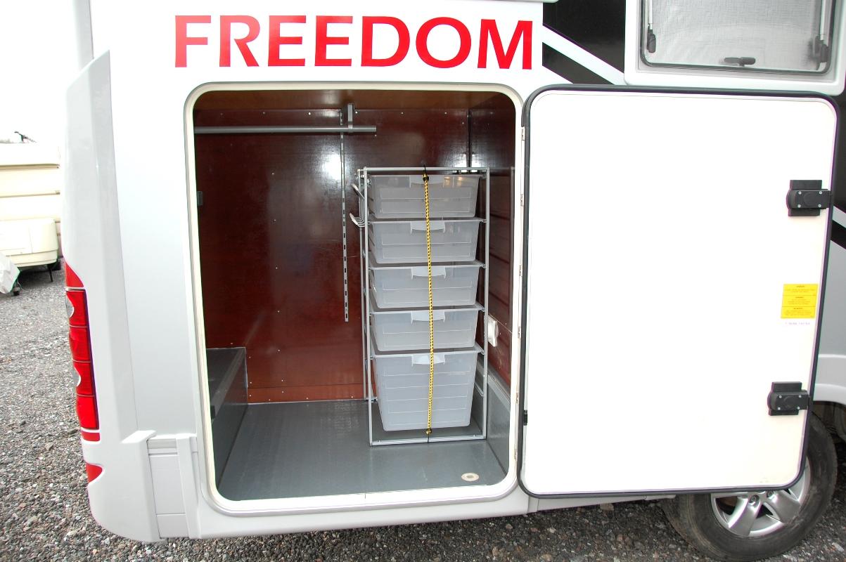 Klädkammare i garaget i husbilen FREEDOMtravel