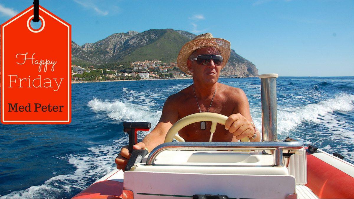 Peter styr en båt