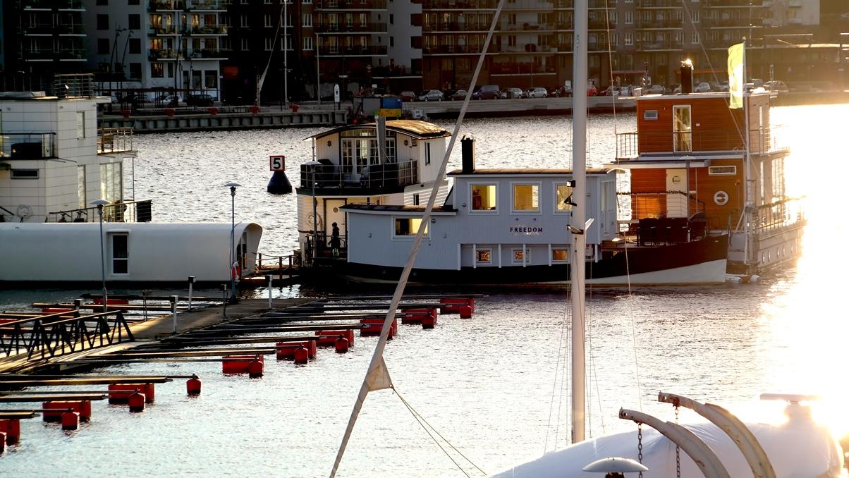 Vår husbåt sedd från marinan - bilden är några veckor gammal och den vita lilla husbåten till vänster har flyttats