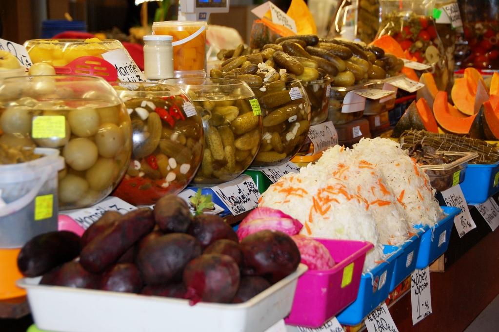 Det finns gott om inlagda grönsaker på marknaden. I brukarna ser du de populära lättsaltade gurkorna