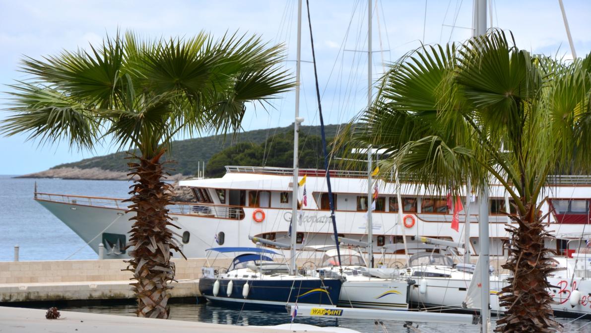 Båten Kleopatra i hamn på ön Solta