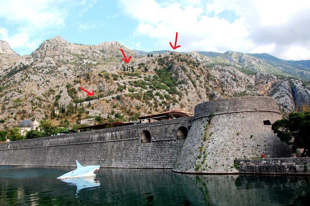 Kotor är omgivet av murar,som ringlar högt upp på berget