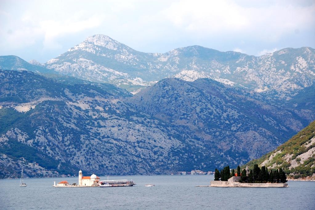 Mitt ute i bukten ligger några öar med byggnader - dit går det båtar