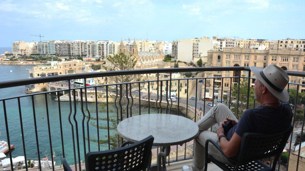 Peter på balkongen i vårt hotellrum på Le Meridien i St Julians