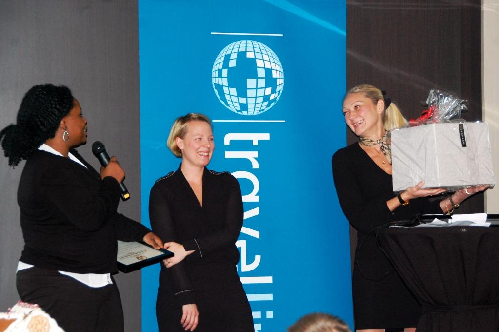 Arrangörerna av Travellinks bloggevent delar ut ett pris till Lola Akinmade Åkerström
