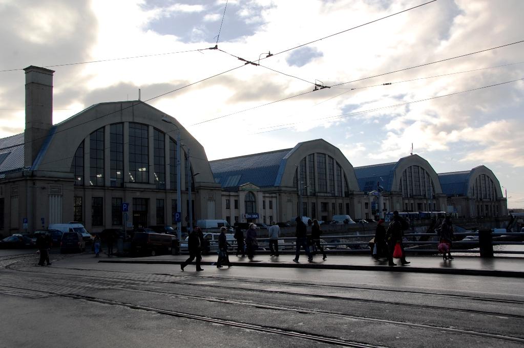 Zeppelinarhallarna som inhyser en enorm mattmarknad i Riga