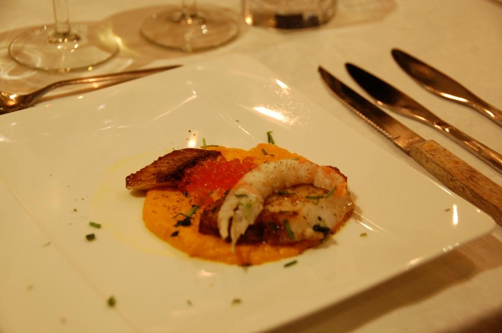 Morotspuré med smörstekt torsk och sik, havkräfta och forellrom