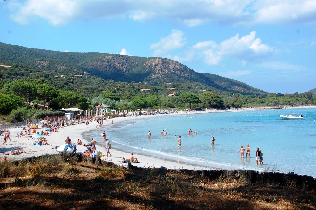 På vissa stränder finns gott om folk och strandrestauranger