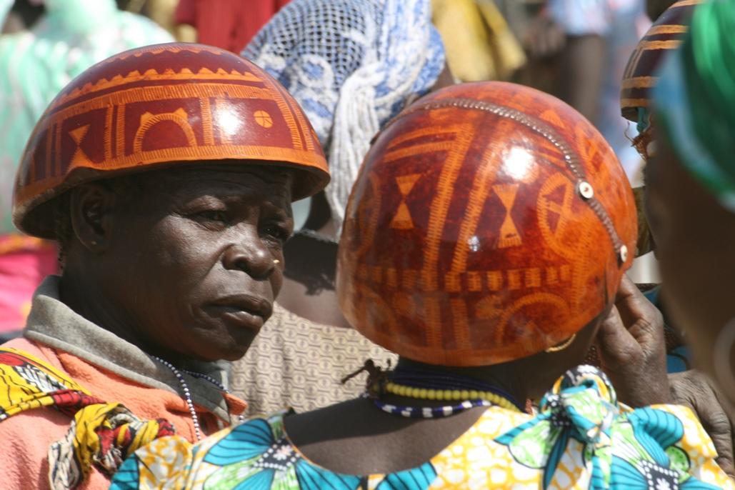 Kvinnor med hattar av kalebasser i norra Kamerun