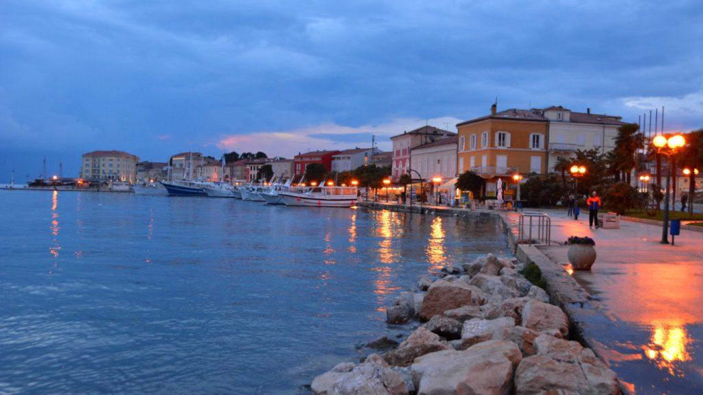 Poreč på Istrien på kvällen