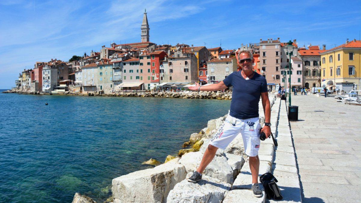 Peter framför staden Rovinj på Istrien