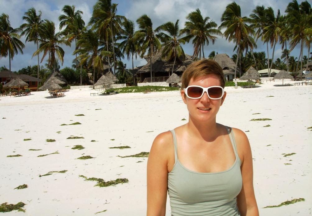 Helena på stranden i Zanzibar