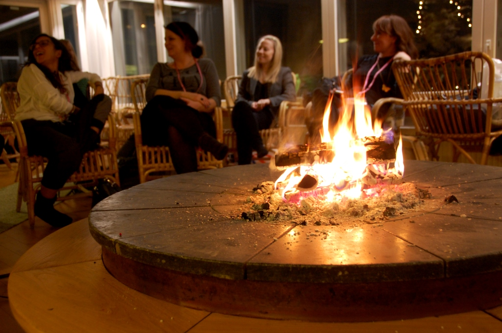 Sauna evening med het bastu, bad i isvak (för vissa!) och korv, öl och snack framför brasan