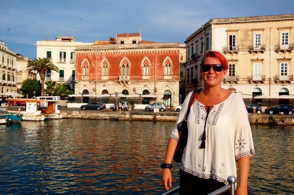 Helena framför stadsdelen Ortigia i Syrakusa