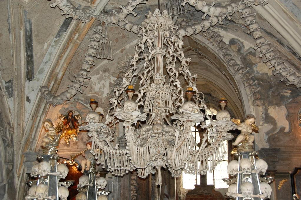 Skelettkyrkan i Sedlec, i Tjeckien, är dekorerad med ben från 40 000 människor