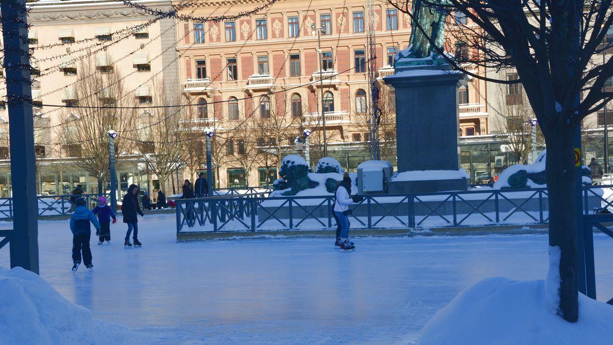 Riktigt vinter i Stockholm, skridskoåkning i Kungsträdgården