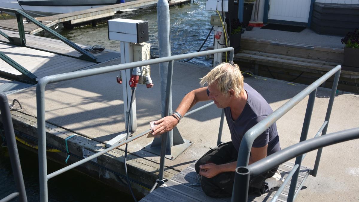 Att underhålla en husbåt - Peter slipar för att kunna måla
