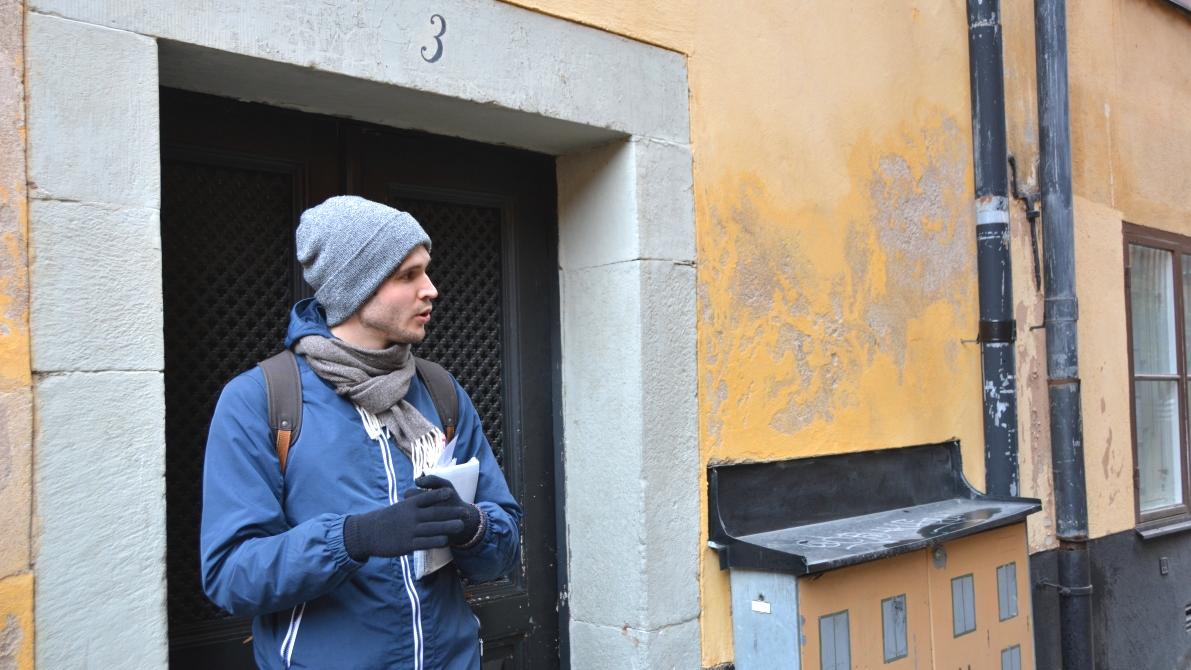 Vår guide Samuel berättar vad man var tvungen att göra bakom den här porten varje vecka förr i tiden - om man var prostituerad vill säga