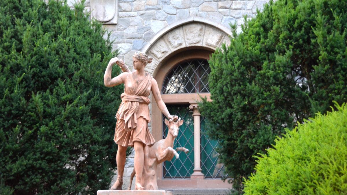 Staty kvinna med rådjur
