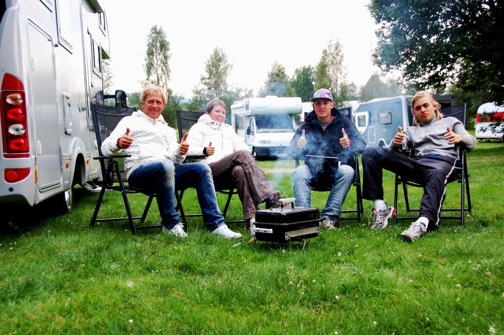 Peter, Helena, Pontus och Billie utanför husbilen